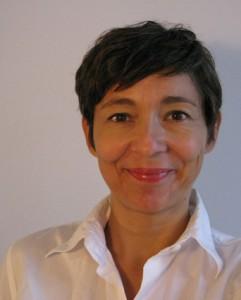 foto von andrea hofmann: braune kurze haare, braune augen, weisse bluse, lächeln