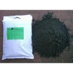 """Es ist eine weisse Tüte zu sehen mit grünem Etikett: """"TriaTerra Streu"""", daneben ein kleines Häufchen pulverisierte Kohle"""