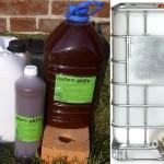 braune Flasche und weisser Kanister mit EM (Effektive Mikroorganismen-Flüssigkeit)